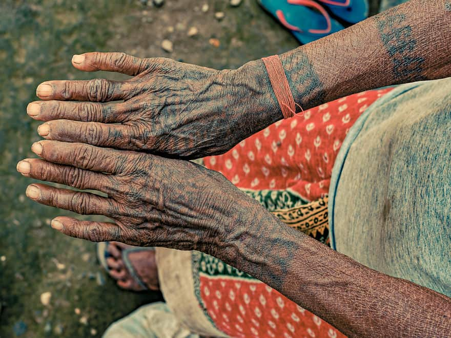 a49b0d098 15 Remarkable Photos Of The Last Tattooed Women Of The Tharu Tribe ...